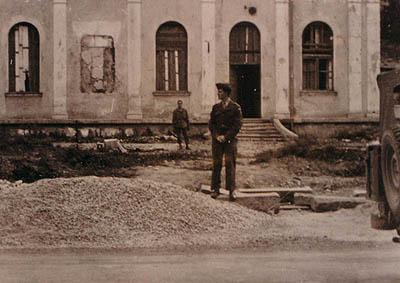 Ernest, grandson of Daniel Bonyhadi in front of the distroyed Synagogue in Salzburg<br>Photo: private