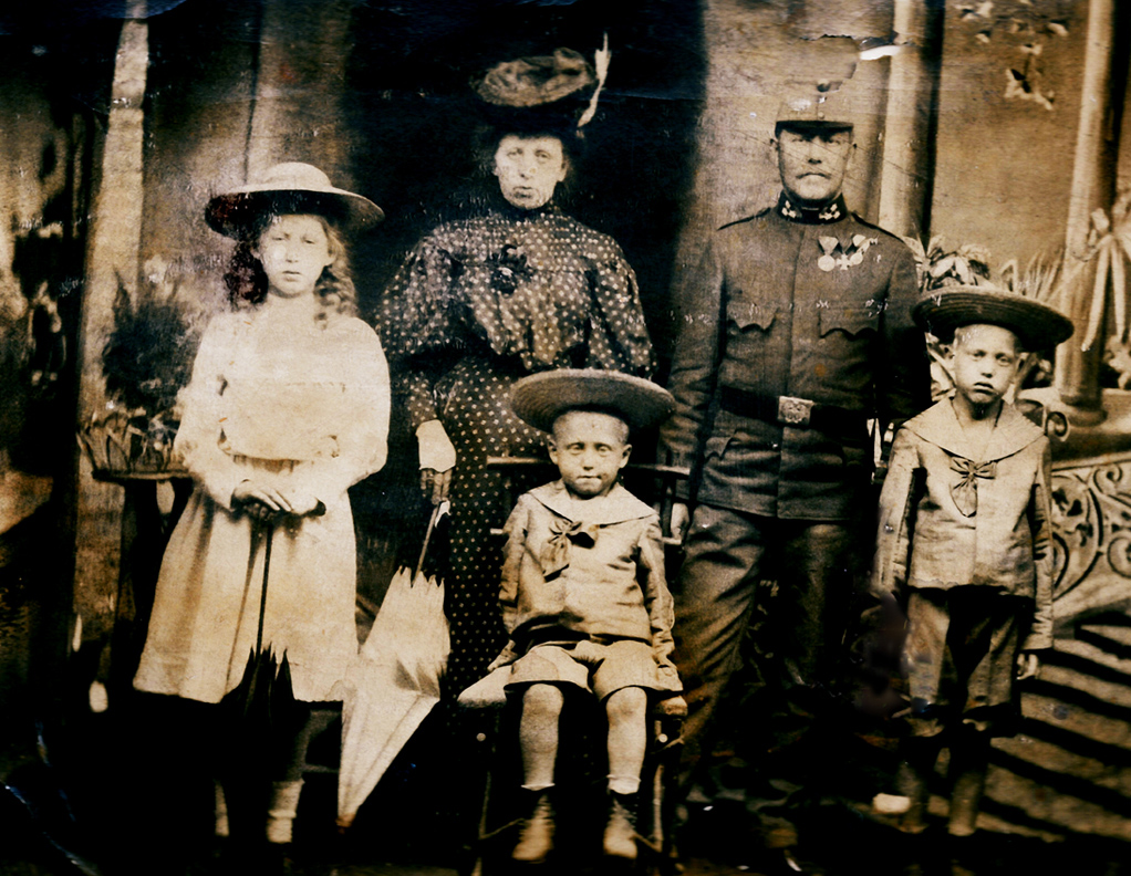 Family Pollak – Gisela & Viktor and their children Josefine, Peter & Gabriel. Picture around 1910<br>Photo: private