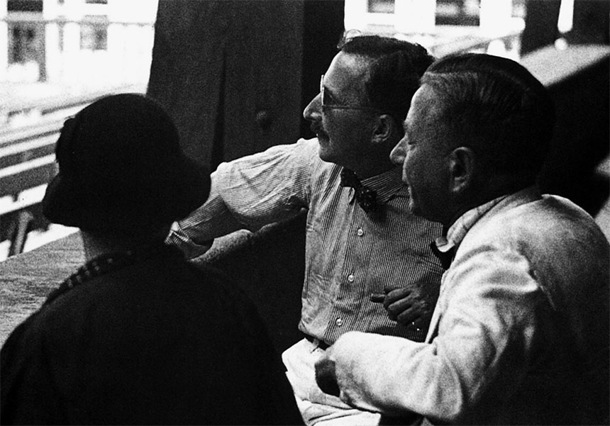 Stefan Zweig and Richard Metzl (right) are watching a rehearsal of »Faust«<br>Photo: Stefan Zweig Centre Salzburg