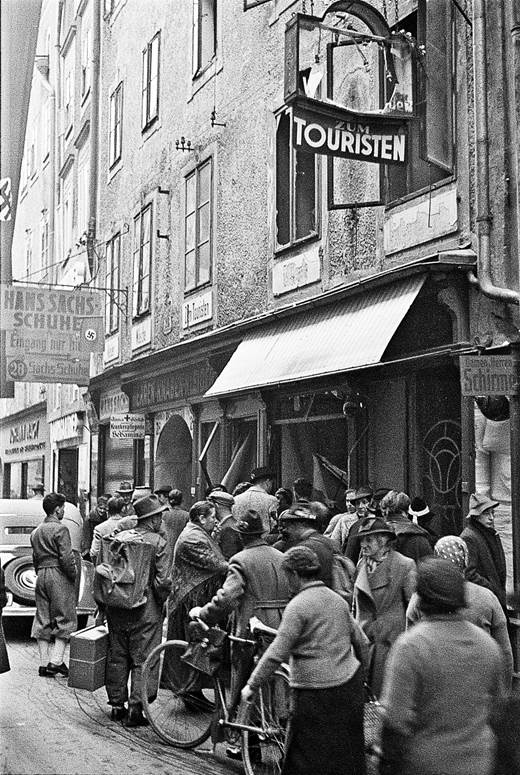 Onlooker in front of the destroyed store »Zum Touristen« at Linzer Gasse 28.<br>(Stadtarchiv/Fotoarchiv Franz Krieger)