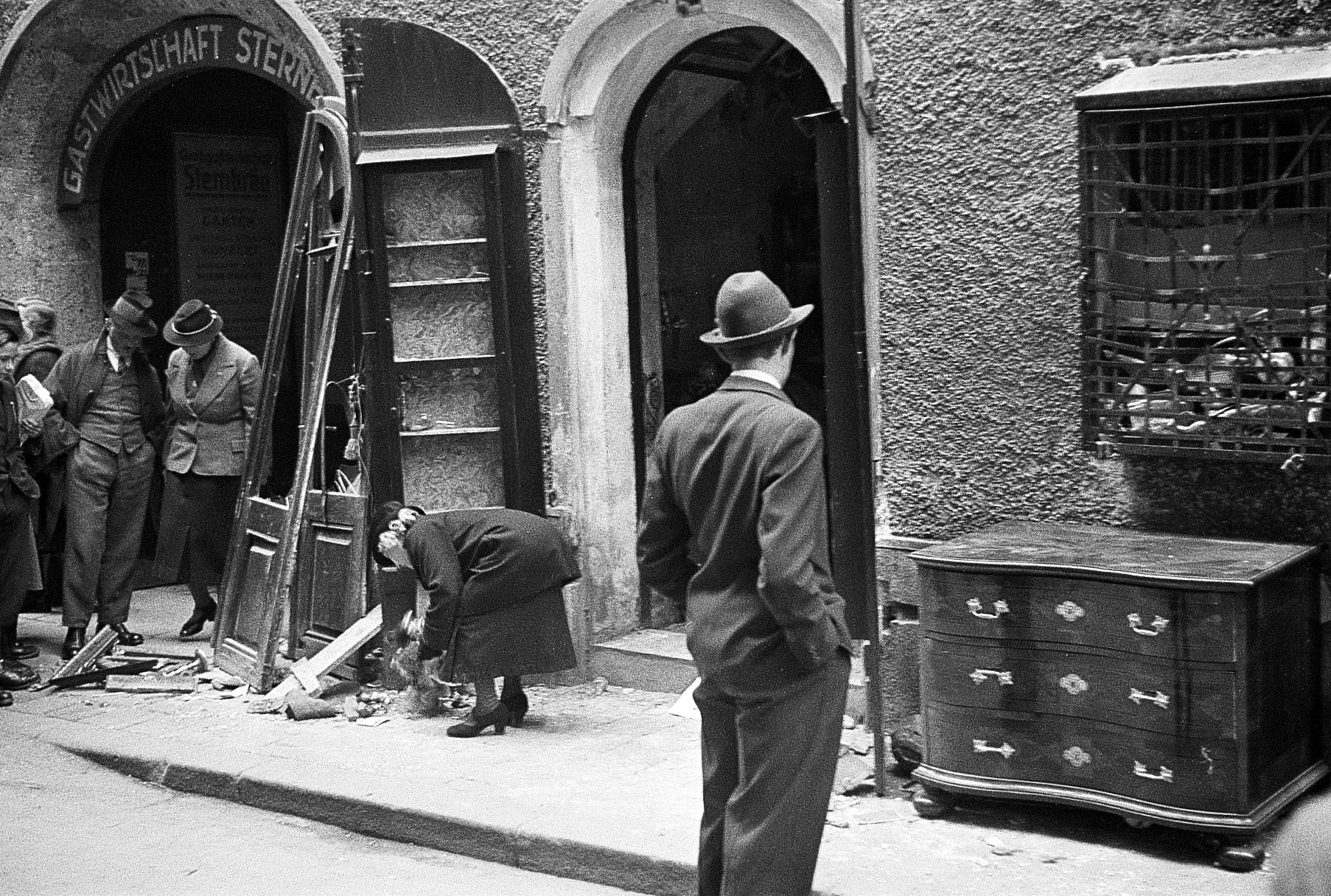 Anna Pollak in front of her store (Getreidegasse 34), that was destroyed at the »Reichspogromnacht« by SA-troups.<br>